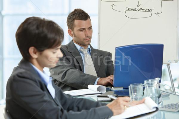 Zakelijke bijeenkomst zakenman zakenvrouw vergadering bureau kantoor Stockfoto © nyul
