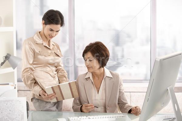 Foto stock: Altos · mujer · de · negocios · de · trabajo · ayudante · oficina · ordenador