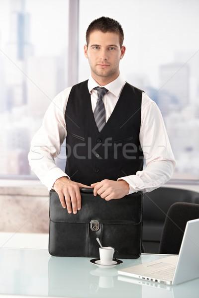 Foto stock: Jóvenes · empresario · pie · escritorio · brillante · oficina