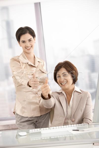 Glimlachend onderneemsters duim omhoog kantoor glimlach Stockfoto © nyul