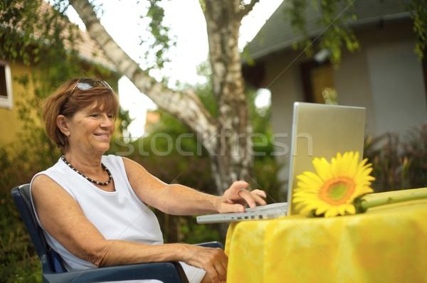 Starszy kobiet laptop nowoczesne kobieta posiedzenia Zdjęcia stock © nyul