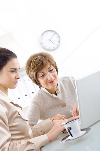 Foto stock: Empresarias · de · trabajo · altos · mujer · de · negocios · jóvenes · ayudante