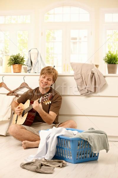 Foto stock: Joven · guitarra · lavandería · feliz · cantando · jugando