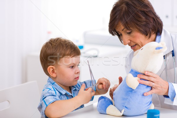 Foto stock: Senior · médico · menino · feminino · pediatra · jogar
