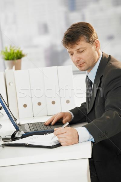 Stock fotó: üzletember · ír · jegyzetek · szervező · ül · asztal