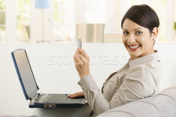 Vrouw tonen flash drive jonge vrouw met behulp van laptop computer Stockfoto © nyul