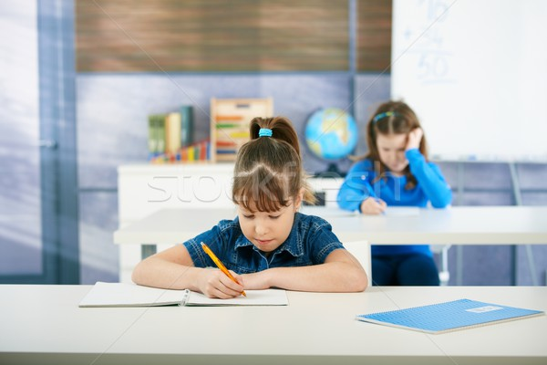 Stockfoto: Schoolmeisjes · leren · klas · kinderen · vergadering · bureau