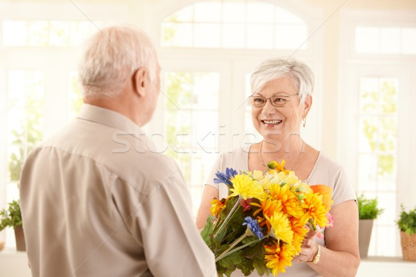 Stockfoto: Glimlachend · senior · vrouw · boeket · bloemen · ouderen