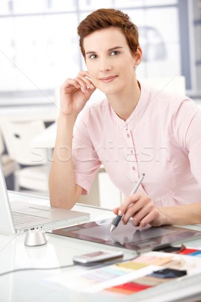 Glimlachende vrouw tekening kantoor vergadering bureau werken Stockfoto © nyul