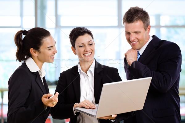 Megbeszélés lobbi három boldog üzletemberek áll Stock fotó © nyul