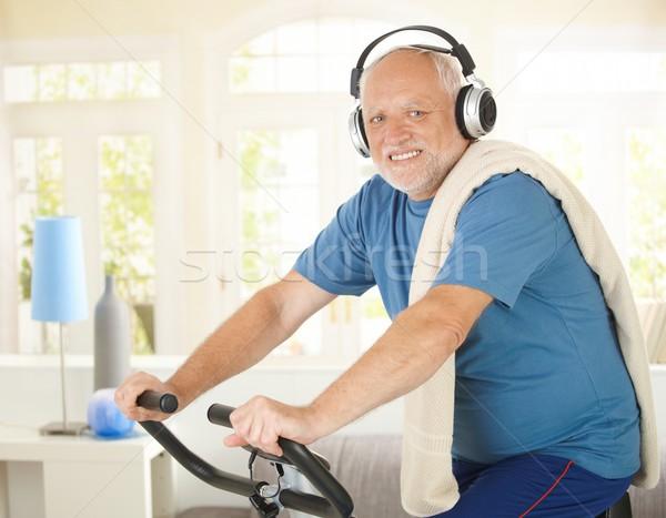 Aktív nyugdíjas zene bicikli otthon zenét hallgat Stock fotó © nyul