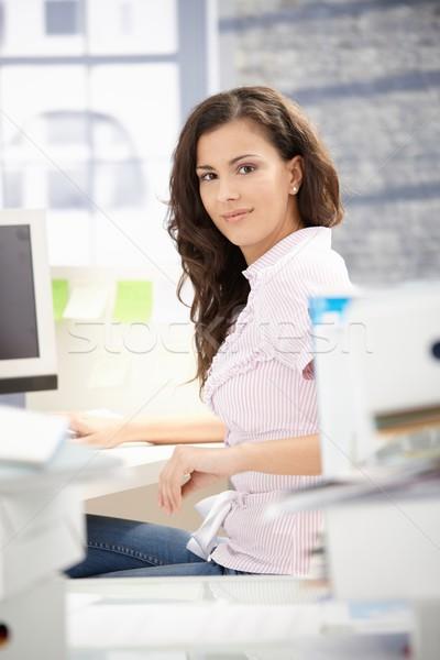 Jeunes secrétaire travail ordinateur bureau lumineuses Photo stock © nyul