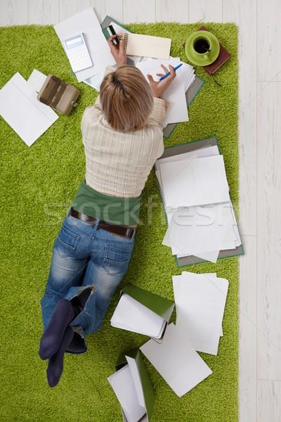 Сток-фото: женщину · финансовых · расчет · гостиной · полу · кредитных · карт