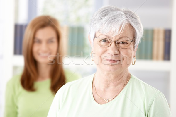 Foto stock: Retrato · mulher · madura · sorridente · filha · em · pé · sorrir