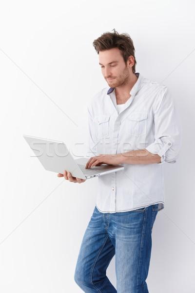 Stock fotó: Fiatalember · laptopot · használ · áll · lezser · férfi · laptop