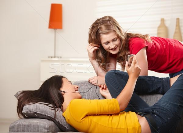 Sorridente meninas sofá adolescente olhando Foto stock © nyul