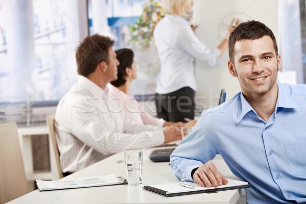 Foto stock: Empresário · feliz · jovem · reunião · de · negócios · escritório