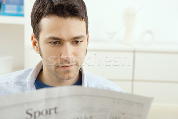 Stockfoto: Man · lezing · krant · knap · jonge · man · vergadering