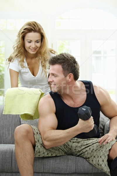 Bodybuilding home gespierd man vergadering sofa Stockfoto © nyul