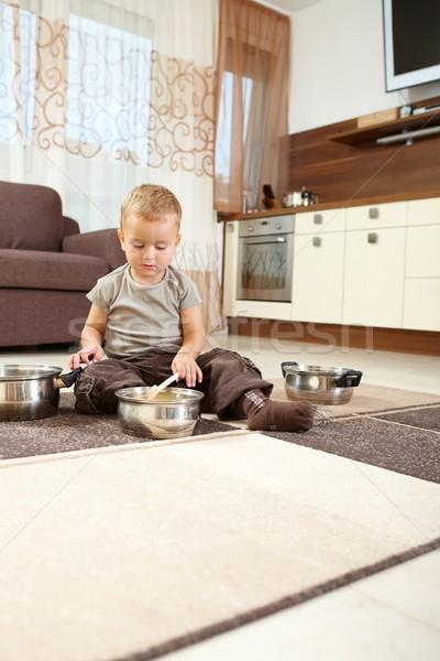 Peu garçon jouer séance tapis cuisine Photo stock © nyul