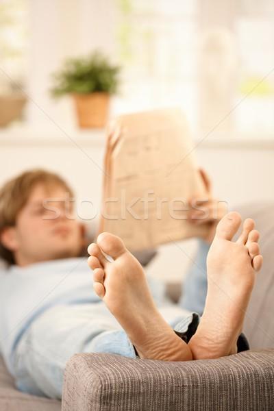 Człowiek czytania kanapie powrót gazety salon Zdjęcia stock © nyul