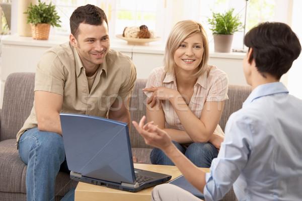 Adviseur paar discussie glimlachend heldere woonkamer Stockfoto © nyul