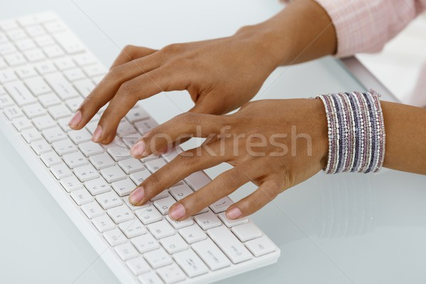 Mains ethniques femme d'affaires tapant bureau clavier Photo stock © nyul
