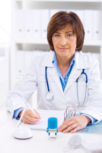 Vrouwelijke arts werken kantoor senior vergadering Stockfoto © nyul