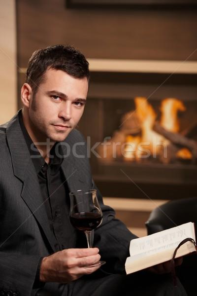 üzletember megnyugtató otthon iszik bor olvas Stock fotó © nyul