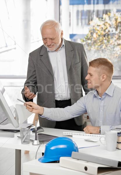 Foto stock: Jovem · arquiteto · discutir · trabalhar · patrão · tela · do · computador