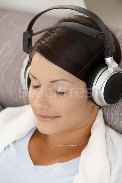 Mujer escuchar música primer plano retrato Foto stock © nyul