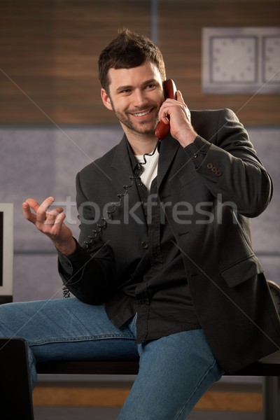 Stock fotó: Boldog · üzletember · nevet · készít · telefonbeszélgetés · gesztikulál