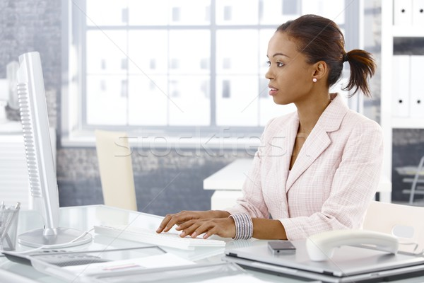 Anziehend afro Geschäftsfrau Sitzung Schreibtisch Arbeit Stock foto © nyul