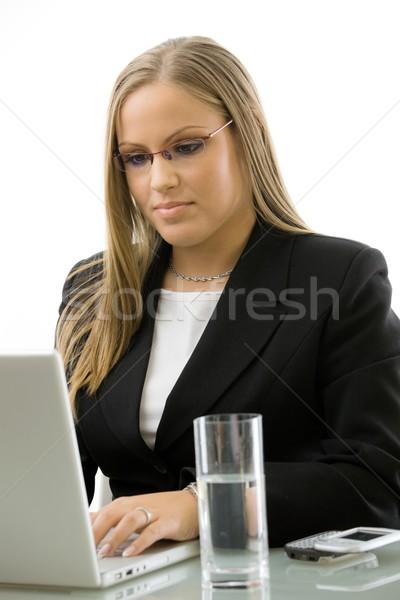 Zakenvrouw met behulp van laptop bureau aantrekkelijk jonge werken Stockfoto © nyul