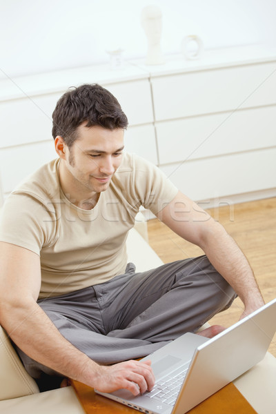 Szczęśliwy człowiek młody człowiek tshirt posiedzenia Zdjęcia stock © nyul
