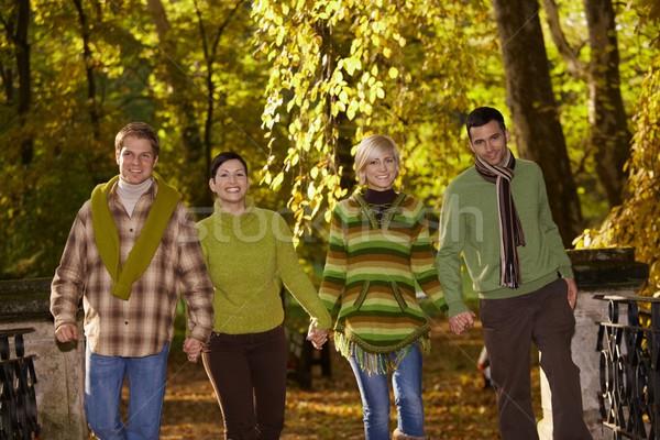 Foto d'archivio: Giovani · amici · piedi · autunno · parco · holding · hands