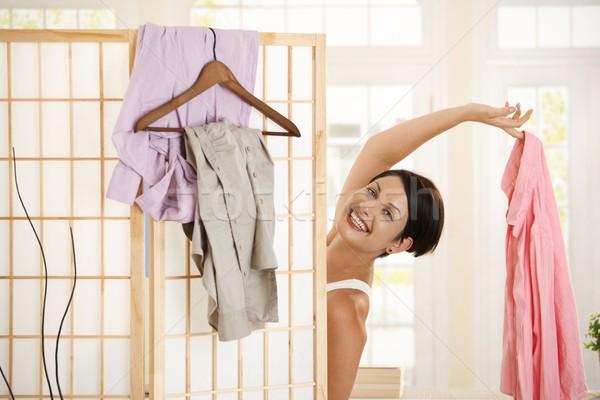 Gelukkig vrouw dressing omhoog jonge vrouw naar Stockfoto © nyul