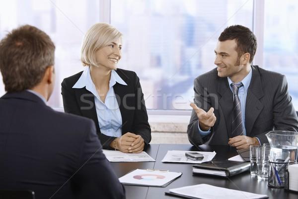 Сток-фото: улыбаясь · профессионалов · служба · сидят · говорить · конференц-зал