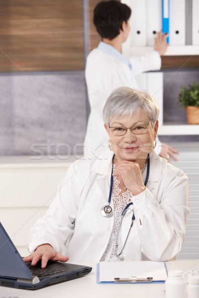 シニア 医師 アシスタント オフィス 座って デスク ストックフォト © nyul