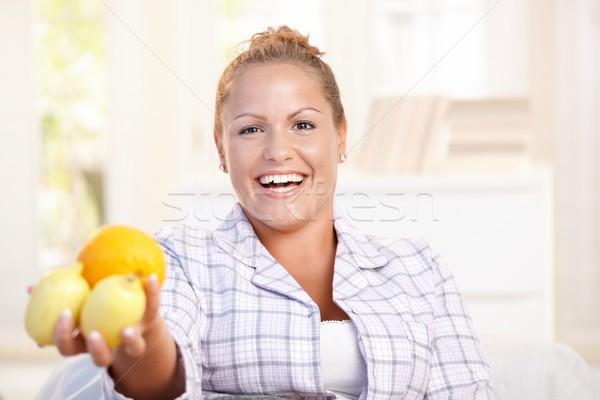 Stockfoto: Portret · jonge · vrouw · citroenen · hand · glimlachend