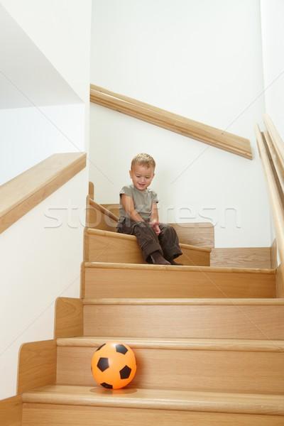 Peu garçon jouer escaliers heureux séance Photo stock © nyul