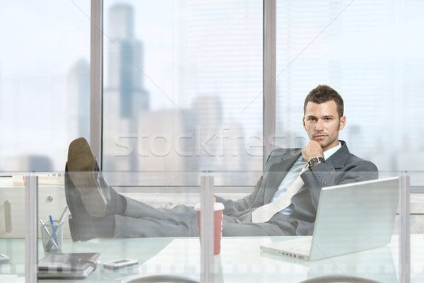 Stock fotó: üzletember · gondolkodik · nyugodt · ül · asztal · iroda