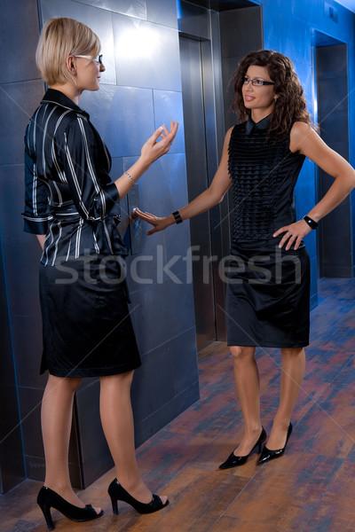 Stockfoto: Onderneemsters · wachten · lift · aantrekkelijk · jonge · praten