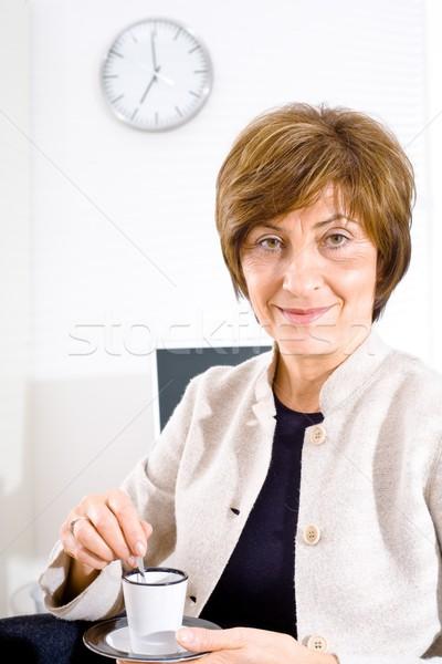 Kobieta interesu przerwa na kawę dojrzały posiedzenia biuro pitnej Zdjęcia stock © nyul