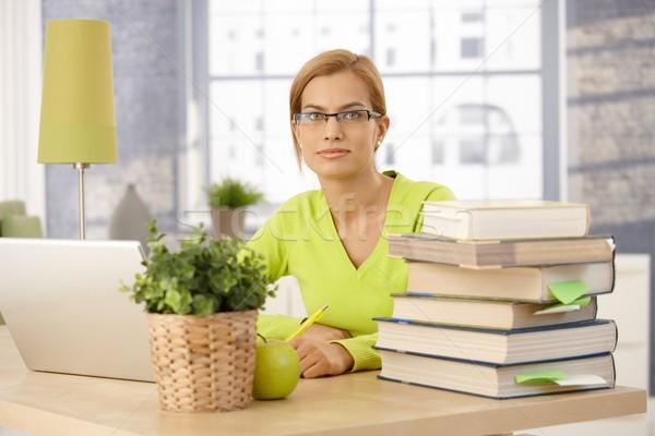 Młoda kobieta studia domu uczelni posiedzenia biurko Zdjęcia stock © nyul