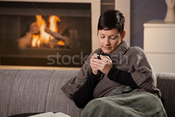 Vrouw warme drank vergadering sofa home koud Stockfoto © nyul