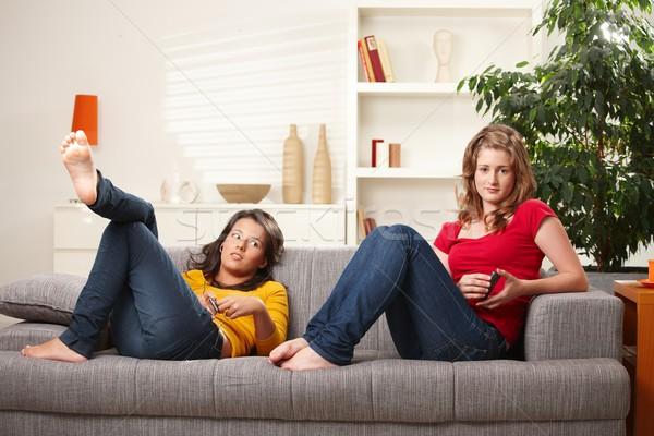 Adolescente meninas relaxante sofá casa ouvir música Foto stock © nyul