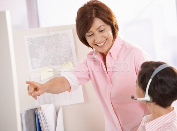 Idős felügyelő segít ügyfélszolgálat kezelő mosolyog Stock fotó © nyul