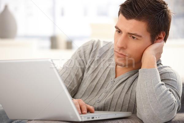 Mann Scharfeinstellung Laptop Porträt Laptop-Computer Bildschirm Stock foto © nyul