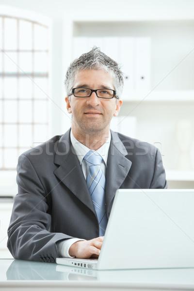 Empresario de trabajo escritorio gris ejecutivo ordenador portátil Foto stock © nyul